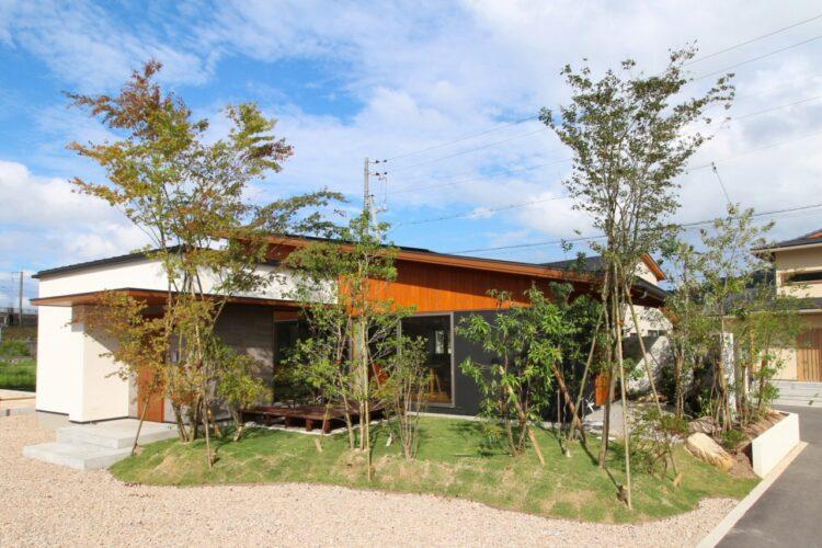 緑に囲まれた開放的なリビングのある住まい (山口県防府市/平屋)